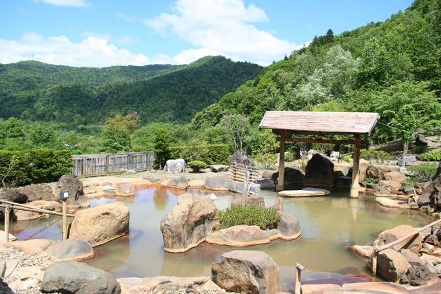 期間限定!豊平峡温泉に日本最大級の「巨大かまくら」が出現!