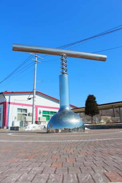 池田駅前にあるモニュメント「ワインオープナー」はなぜ逆回転なの?