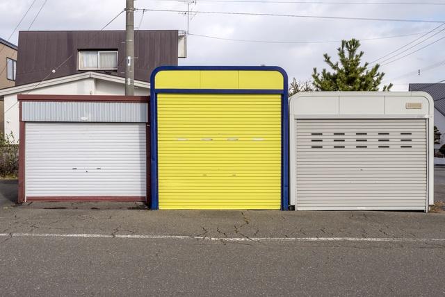 道路の両側がすべてガレージ!! 北広島市にある「車庫通り」の謎