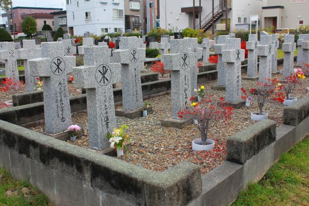 こんなの見たことがない! 札幌「白石本通墓地」にロケット型の墓があった