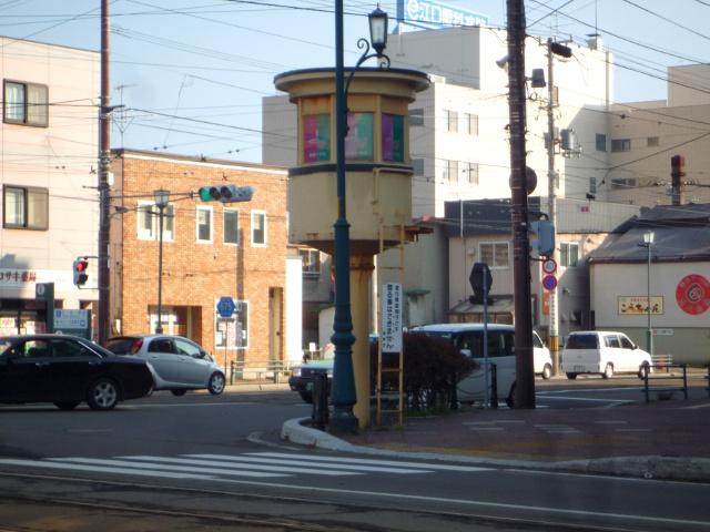 函館・十字街交差点にたたずむキノコみたいな塔はいったい何?