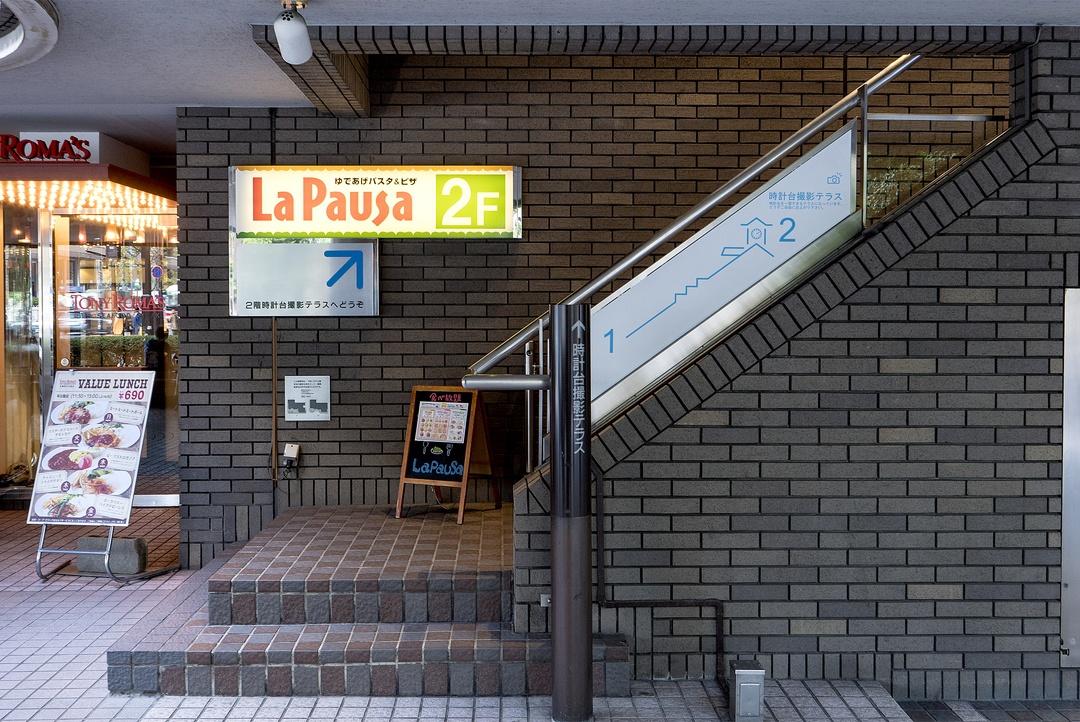 ビルに囲まれた「札幌市時計台」は どこから撮るのがベストなのか?