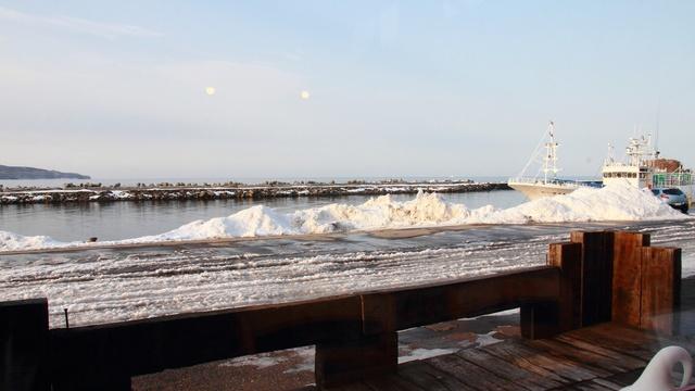 流氷を見ながら流氷ドリンクはいかが? 網走・流氷硝子館「帽子岩」