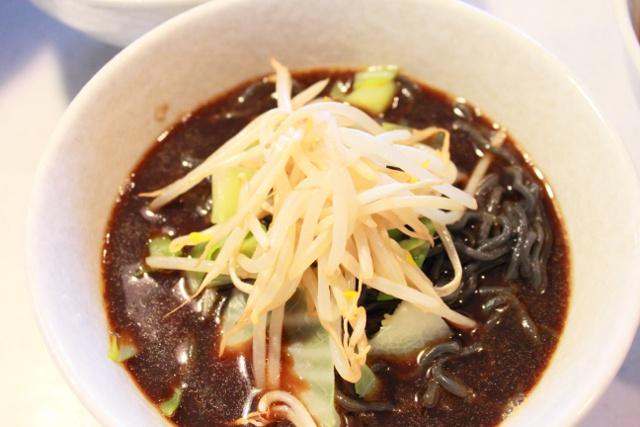 麺もスープも真っ黒なラーメンを食べてみないか?「石炭ラーメン」のススメ