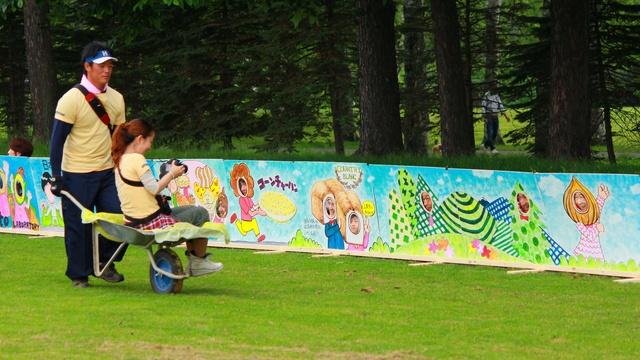 264枚のパネルに約300人が顔はめ! 帯広グリーンパークで世界記録に挑戦