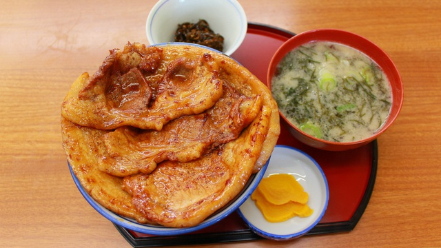 豚肉と昆布がコラボ!襟裳岬の新メニュー「海豚丼」が人気!