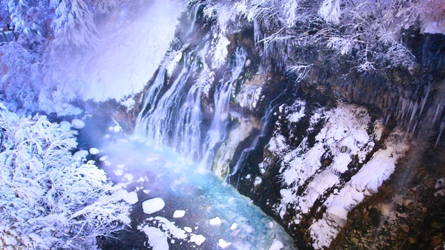 美瑛「青い池」に続き「白ひげの滝」でも冬季ライトアップ始まる!