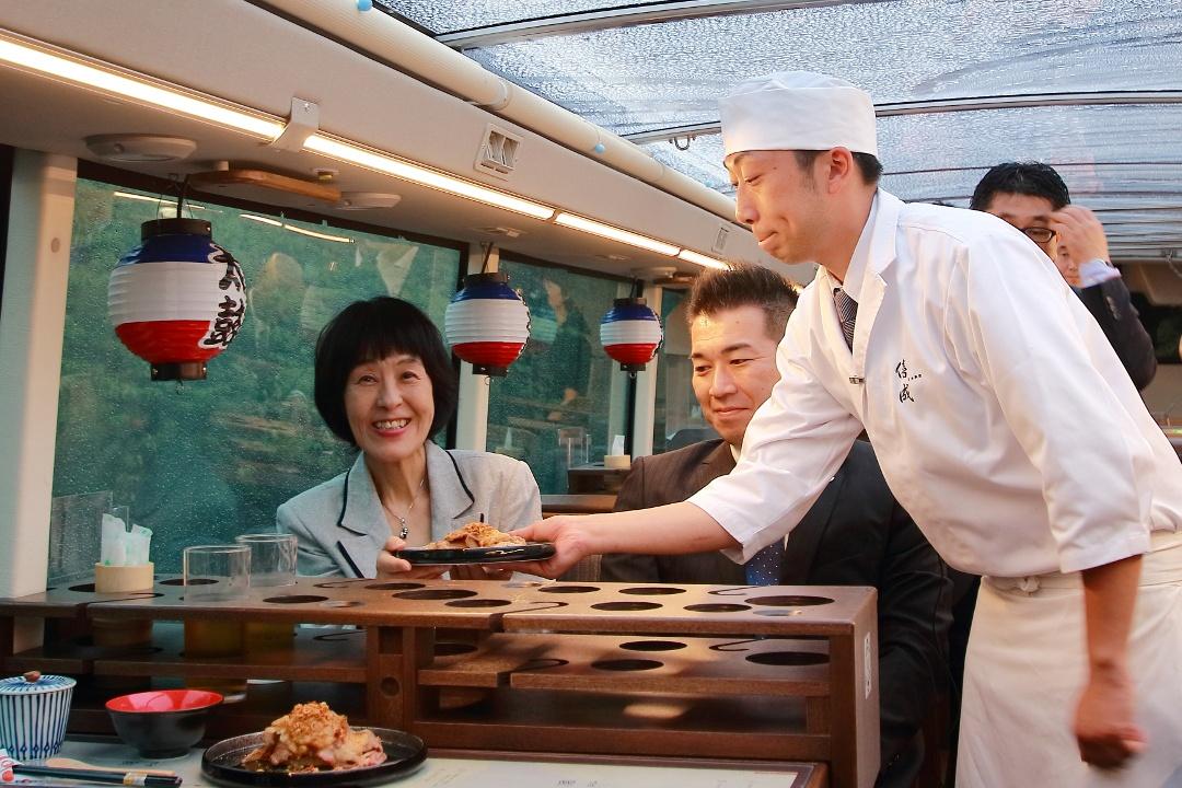 食事をしながら車窓を愉しむ!二階建てレストランバスが道内初運行