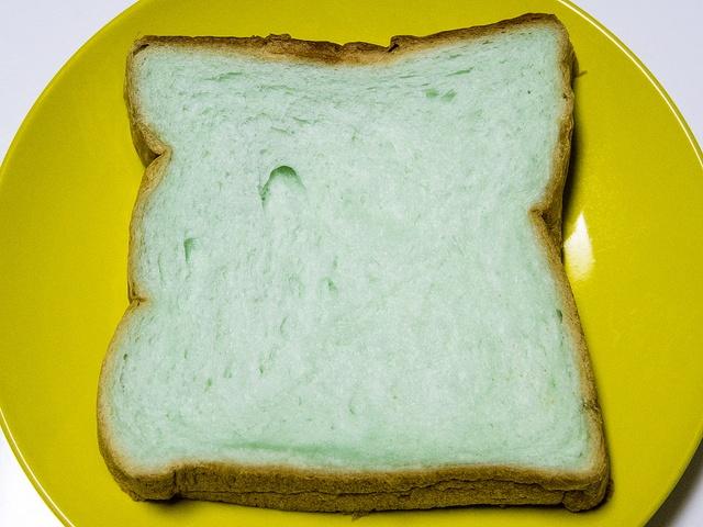 青いパンって美味しいの?北欧「ブルーハワイ食パン」を食べてみた!
