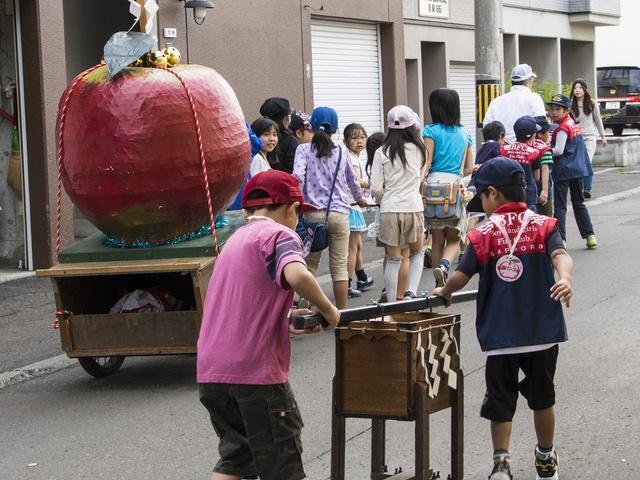 りんご配布から神輿までりんご尽くし!豊平・美園りんごまつり開催