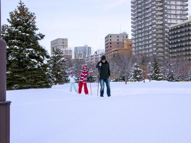札幌の都心でスキーができる?貸出無料!中島公園で歩くスキー体験!