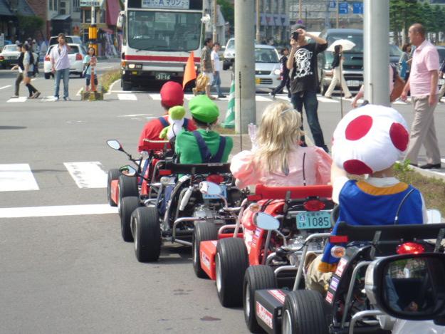 札幌の街中にマリオ出現で話題沸騰!「マリオカートごっこ」の正体