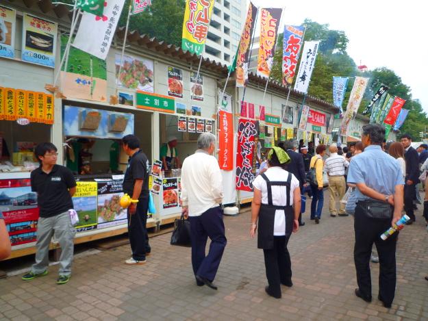 札幌大通がご当地グルメ市に さっぽろオータムフェスト2012開催中