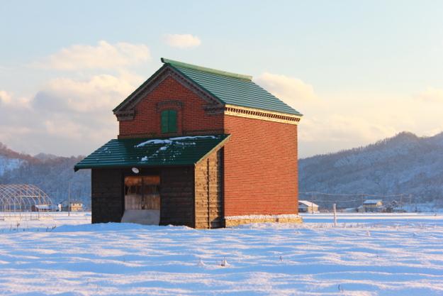 芦別の歴史を見守り100年―田園地帯にポツリたたずむ『旧干場家レンガ倉庫』