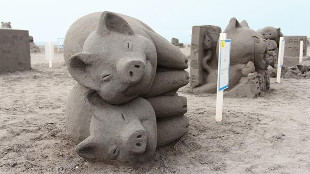 ブタを積み上げた砂像がなんともシュール! 石狩浜サンドパーク2015
