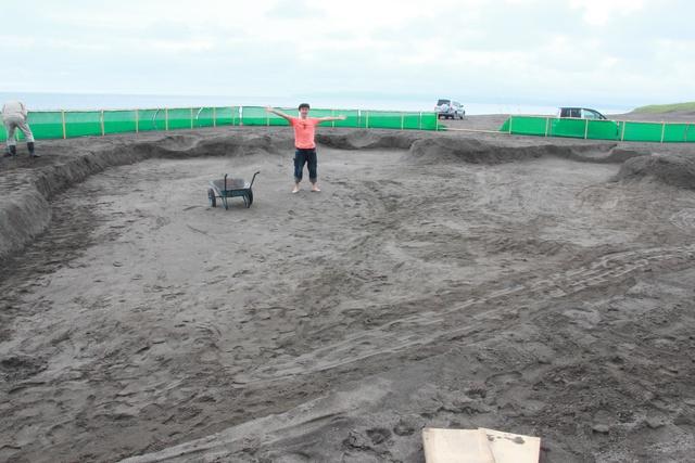 石狩にゴジラ上陸!? いしかり浜サンドパークに実物大の巨大足跡出現