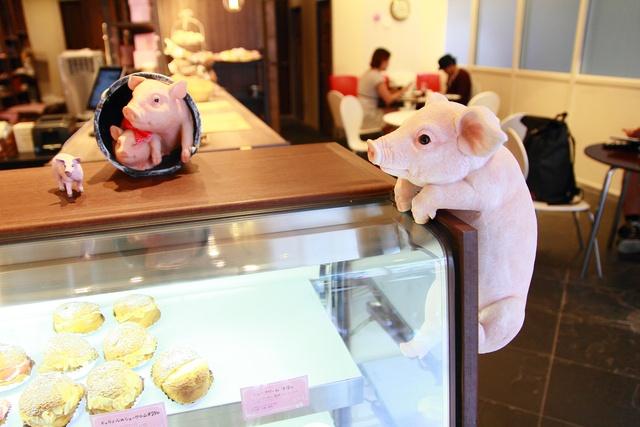遊び心満載!子豚ちゃんが目印のスイーツ店「幸せのお菓子の家」開店
