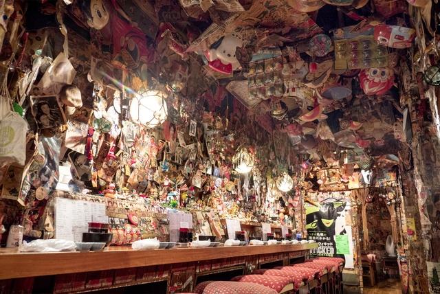 おもちゃやメンコが店内を埋め尽くす!札幌の仰天居酒屋「てっちゃん」
