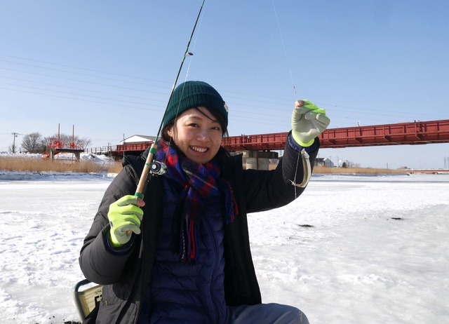 SLを見ながら氷上でワカサギ釣り!道東ならでは「釣り鉄」のススメ