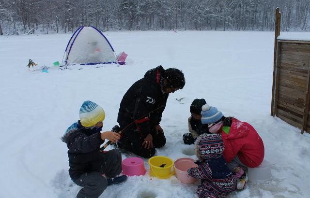 手ぶらで冬の大沼を楽しもう! 大沼公園の蓴菜沼で氷上ワカサギ釣り体験