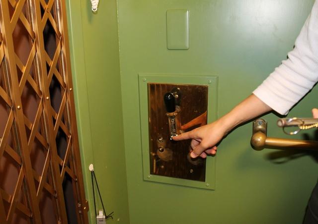 今や人気観光スポット!東北以北最古の手動エレベーターが函館に!