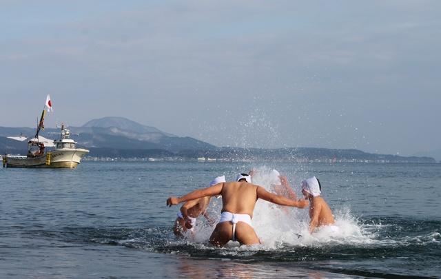 ふんどし姿で極寒の海へ!1831年から続く木古内伝統神事「寒中みそぎ」