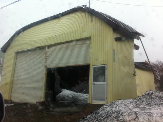 損壊する建物や折れ曲がる看板、雪害の岩見沢その後