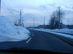 車道路肩にある雪山が危険!!