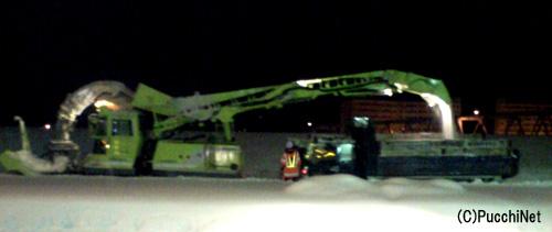トラックへ雪を送っている横から見た図