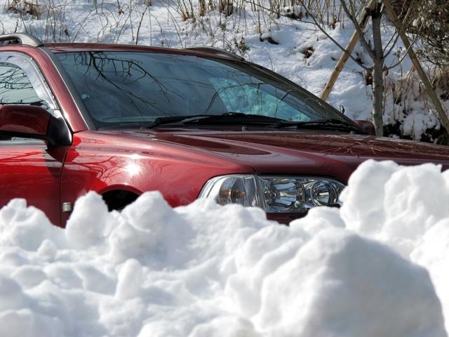 困った時はお互い様!雪道でスタックした車を皆で助け合う北海道民