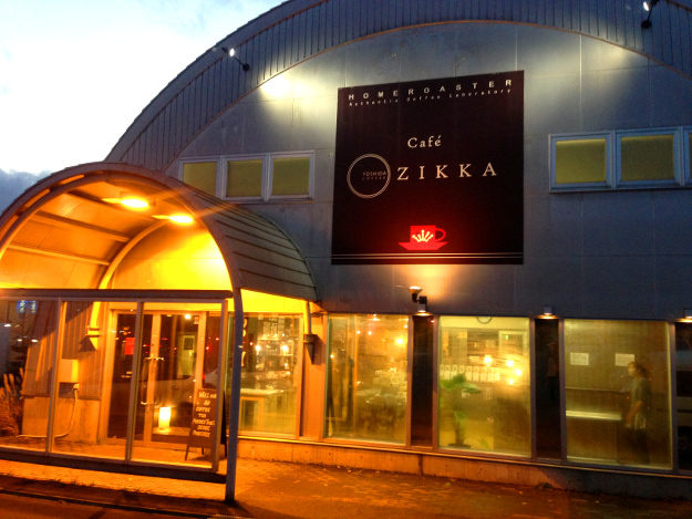 見た目は倉庫でも、ずっと居たくなる実家のようなカフェ『ZIKKA』