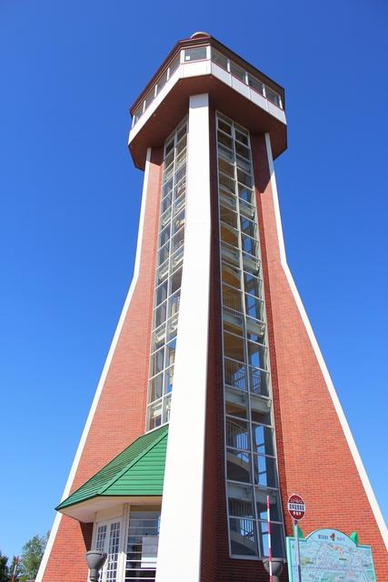 国内最大級のスイングベルのある百年記念塔から秩父別を一望する