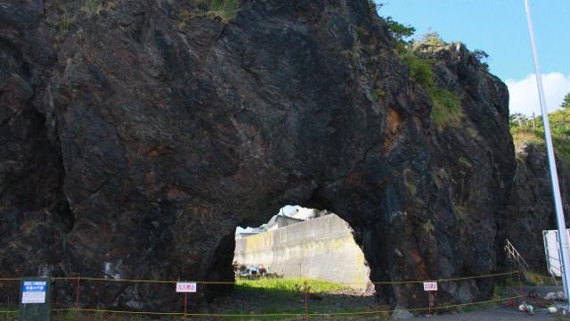 ぽっかり開いた穴から向こう側を覗きたくなる?様似町「冬島の穴岩」