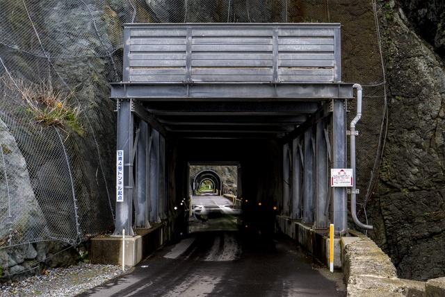 路線バスも通る!狭くて短いトンネル7つが連続する函館「日浦洞門」