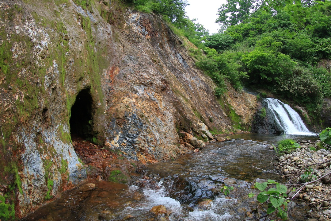 下流には探求心くすぐる謎の洞窟あり!蘭越町 新見渓谷の「紅葉の滝」