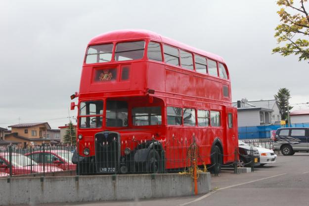 釧路の自動車学校にはなぜか本物のロンドンバスがある!(走らないけど)