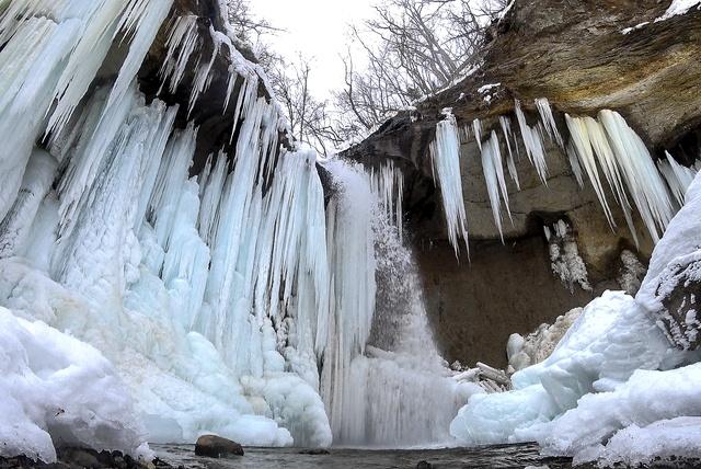神秘的な美しさに目を奪われる!支笏湖近くにある「七条大滝」の氷瀑