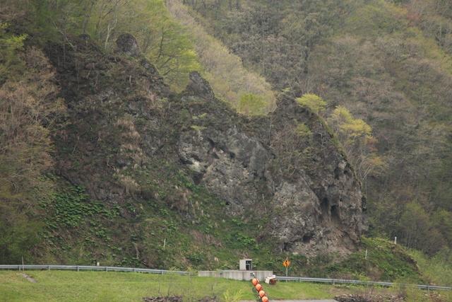 親子熊の岩はココにも!道内一 熊に似てるという二風谷「熊の姿岩」