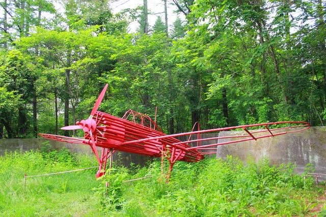 帯広の森の中に赤い飛行機を展示!ここはいったい何だったのか