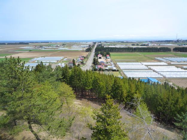 直線道路の先に津軽海峡が広がる感動の景色! 知内の「重内展望台」