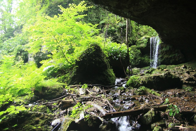 大穴を抜けるとそこに滝が!滝の裏側に入れる小樽の秘境「穴滝」へ