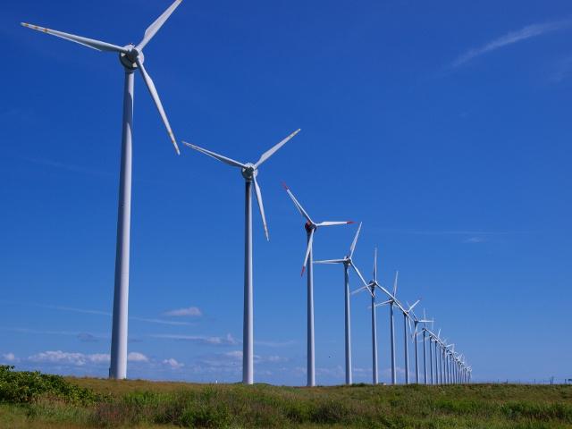人工物なのに壮観!28基の風車が一列に並ぶ「オトンルイ風力発電所」
