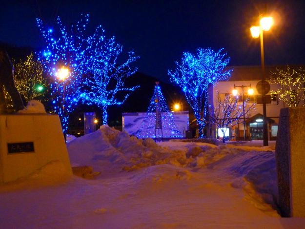 ブルーの灯りで駅前が幻想的に!「いらっしゃいしんとくイルミネーション」