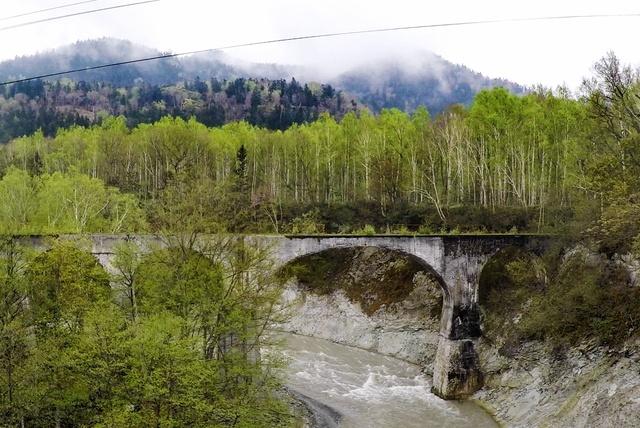 崩壊進む 旧士幌線の幻のコンクリートアーチ橋「タウシュベツ川橋梁」
