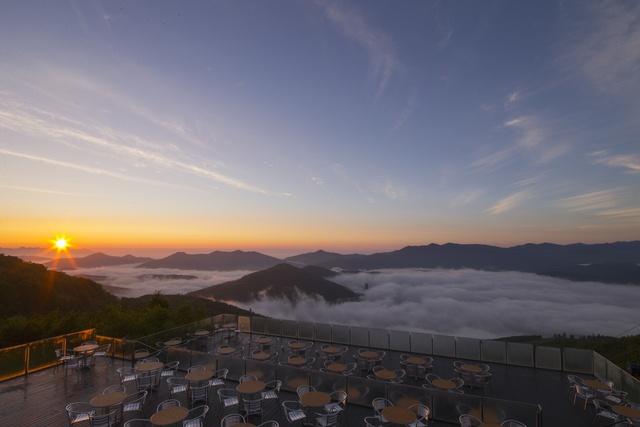 朝早く起きれた人だけが見れる感動風景! トマム名物「雲海テラス」
