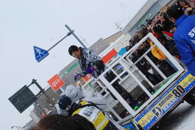 軽トラの荷台に乗り笑顔でパレード! 栗山町で栗山監督の優勝パレード開催