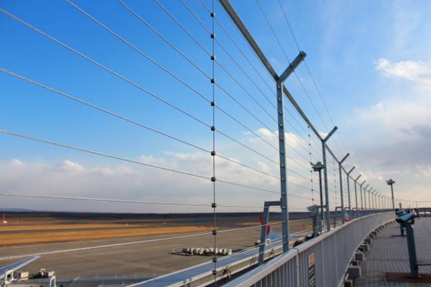 新千歳空港の展望デッキに突然高い柵を設置―関係者「安全上の理由」