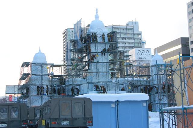 大雪像の製作過程がまるわかり! さっぽろ雪まつりづくりを見学してみよう