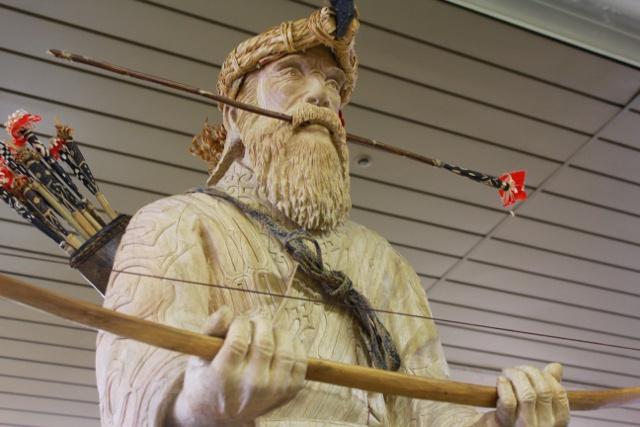 札幌駅西口に突如設置された弓矢を持つ木彫りの男性像は一体なに?