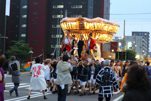 華やかな神輿と山車が縦横無尽に練り歩く「室蘭ねりこみ」が熱い!